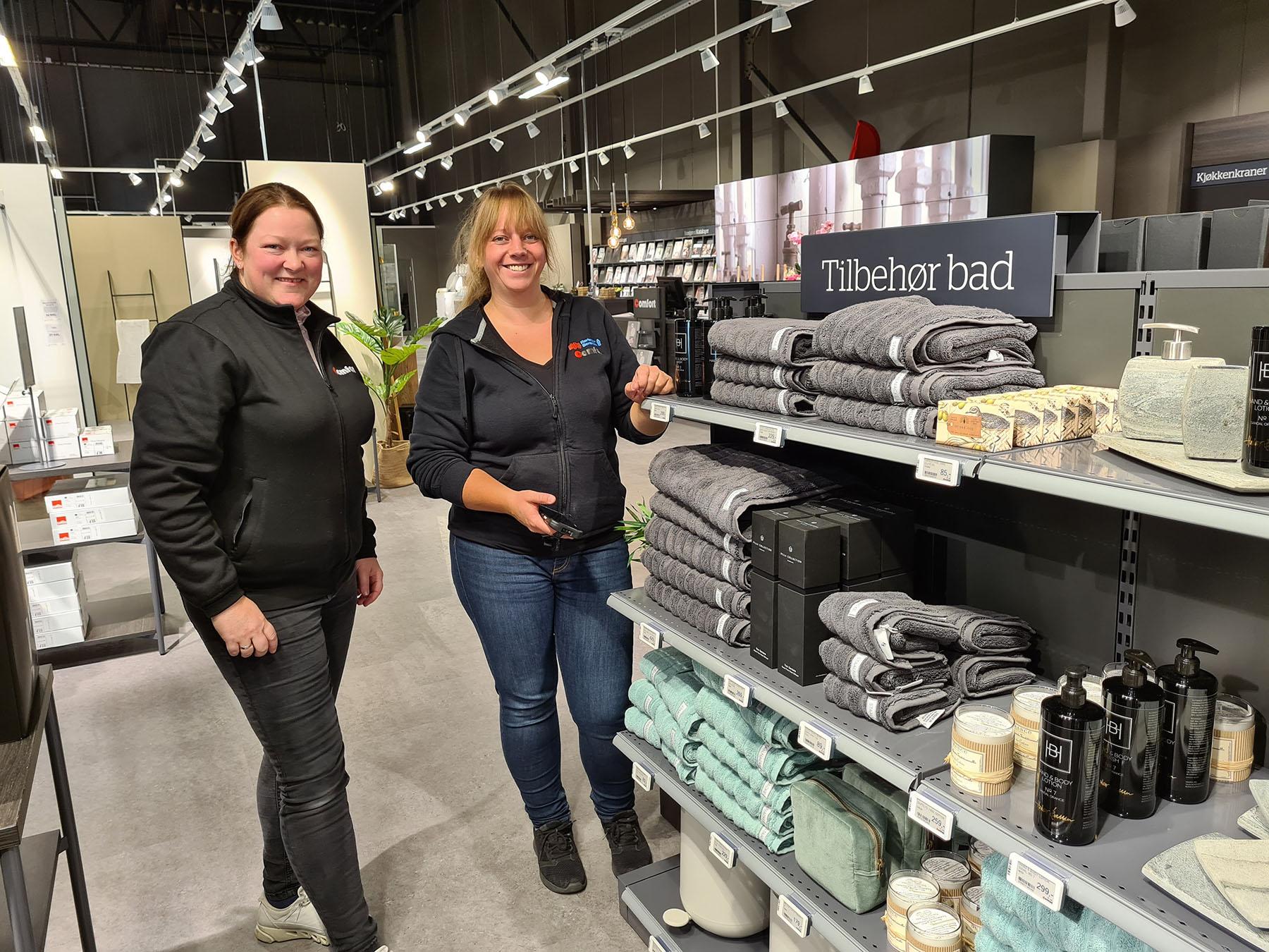 Siv Fiskerstrand (til høyre) og Butikksjef Karina Gamlem. Foto: Thorgeir Thomassen.